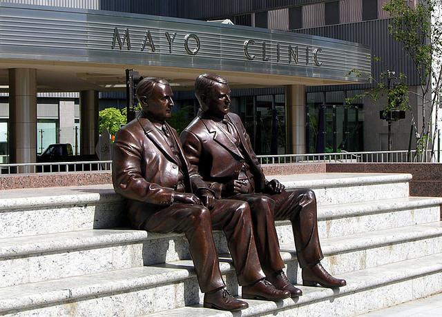 Братья Мейо рядом со своей клиникой