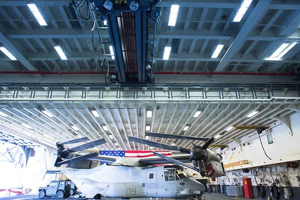Вертолет Osprey стоит внутри корабля